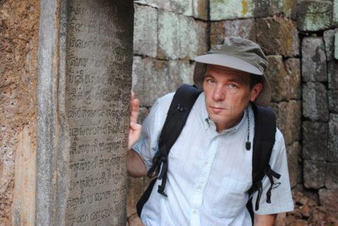 A szerző Angkorban páli feliratokkal.